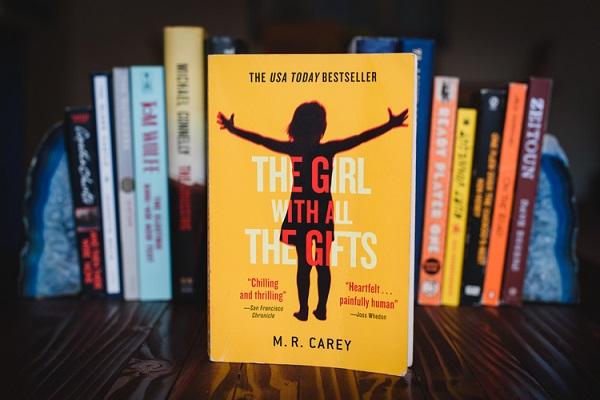 کتاب دختری با تمام موهبتها