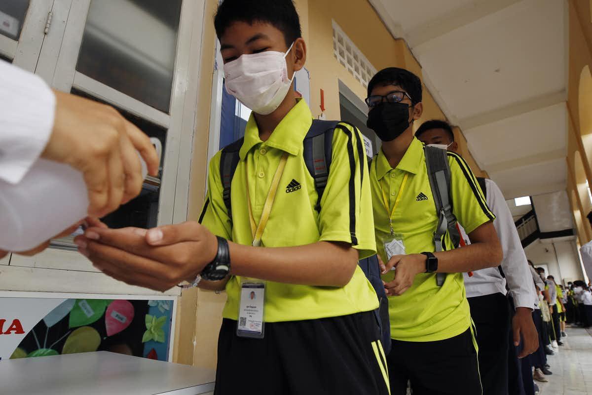 ضدعفونی کردن دستها در مدارس چین برای مقابله با کرونا