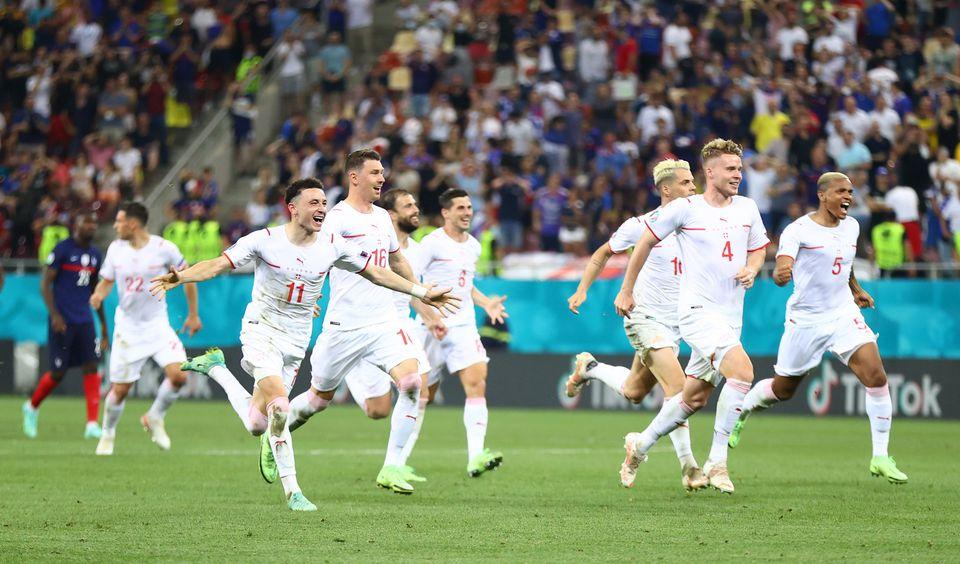 خوشحالی بازیکنهای سوییس بعد از پیروزی مقابل فرانسه در یورو 2020